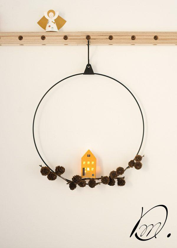 strups-ring-schwarz-mit-papierhaus-wunderschoen-gemacht