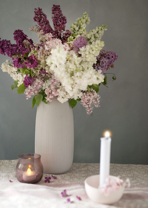 storefactory-aby-vase-lidatorp-mini-kaehler-omaggio-licht-plum-fliederstrauss-wunderschoen-gemacht