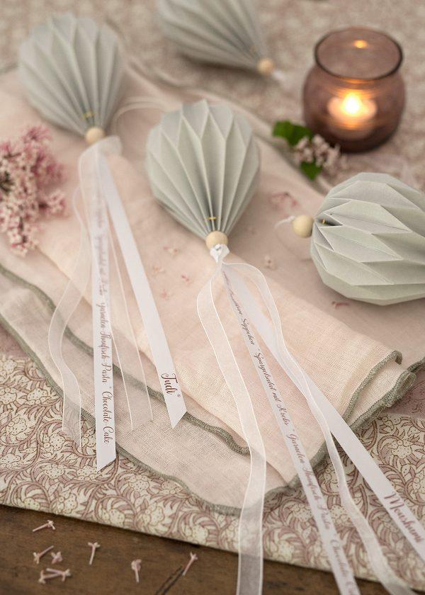 storefactory-plissees-papier-falt-ornamente-broste-leinenservietten-rosa-wunderschoen-gemacht