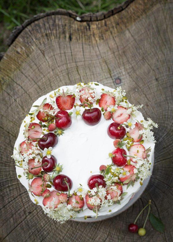 holunderblueten-kirsch-erdbeer-torte-wunderschoen-gemacht