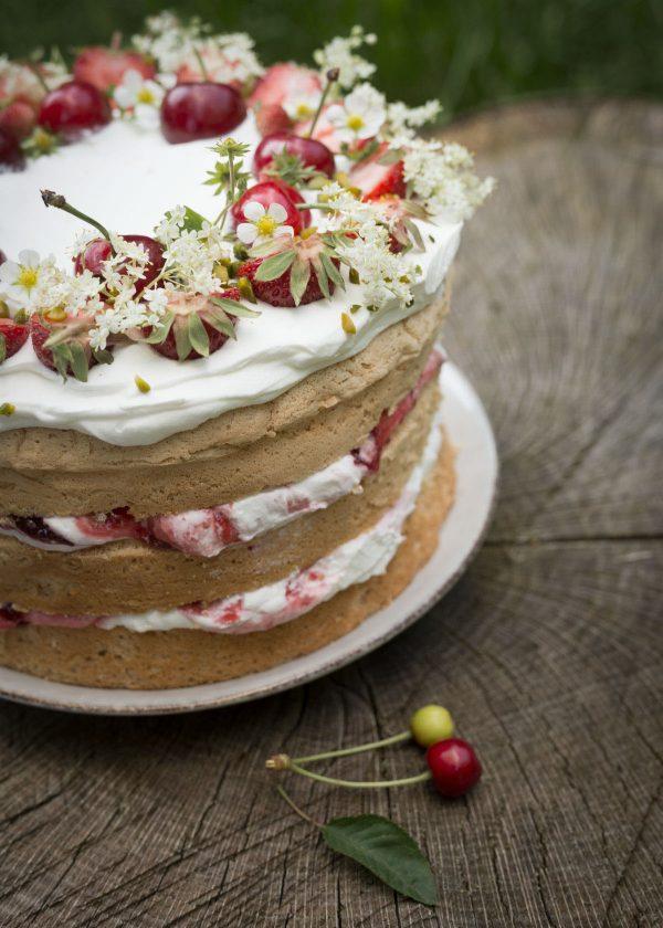 holunderblueten-kirschen-erdbeeren-torte-wunderschoen-gemacht
