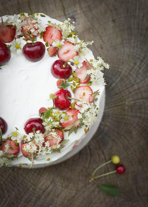 holunderblueten kirschen erdbeer kuchen torte wunderschoen-gemacht