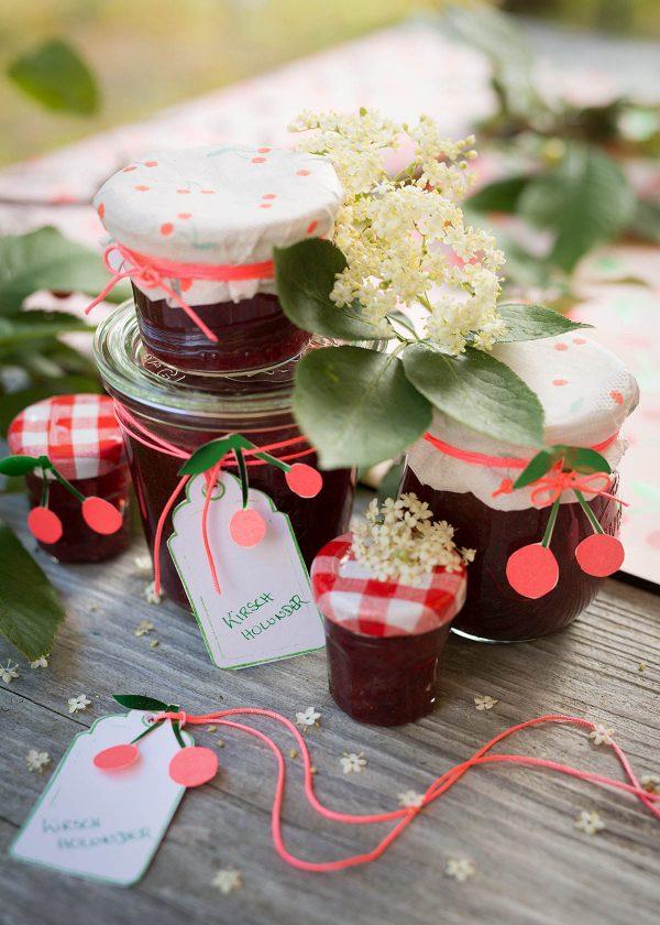 marmeladenglaeser-verzieren-meri-meri-kirschen-servietten-wunderschoen-gemacht