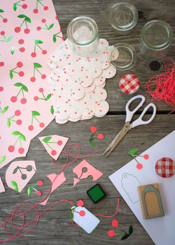 meri-meri-geschenkpapier-servietten-kirschen-cherries-perlenfischer-stempel-wunderschoen-gemacht