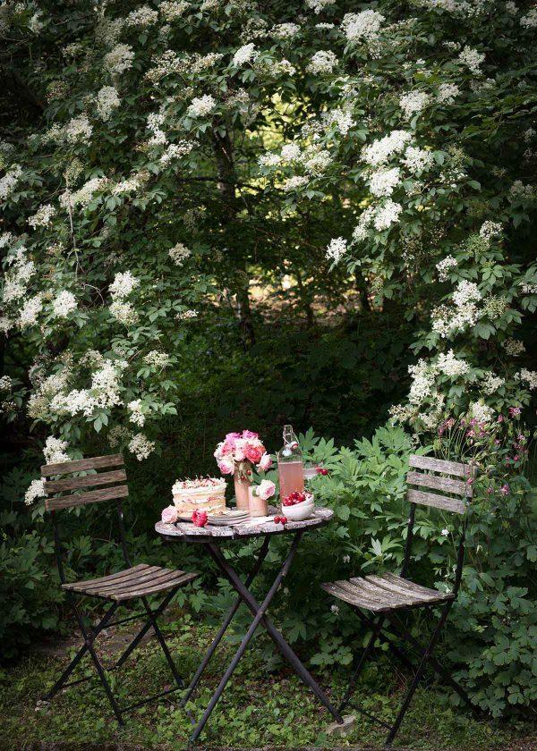 sommer-tischdeko-holunderblueten-kirschen-wunderschoen-gemacht