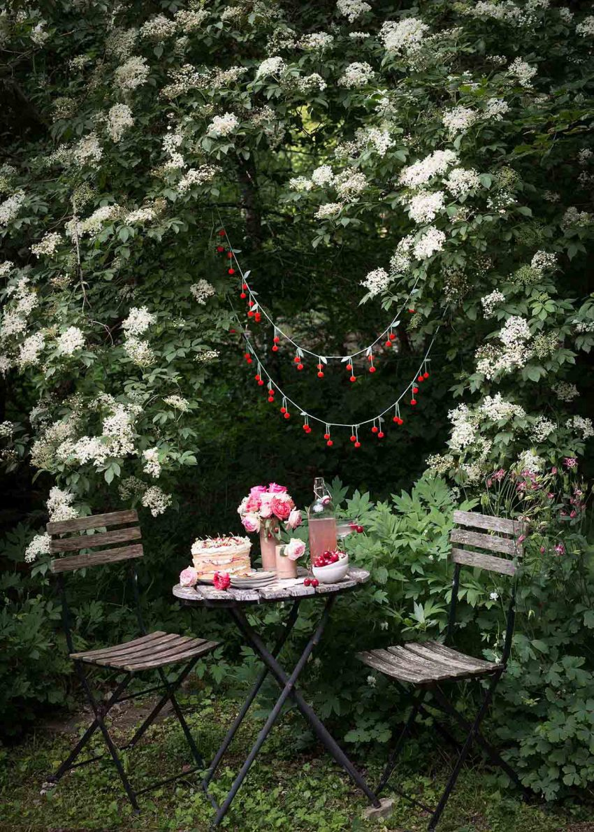 tischdeko sommer holunderblueten kirschen freilandrosen wunderschoen-gemacht