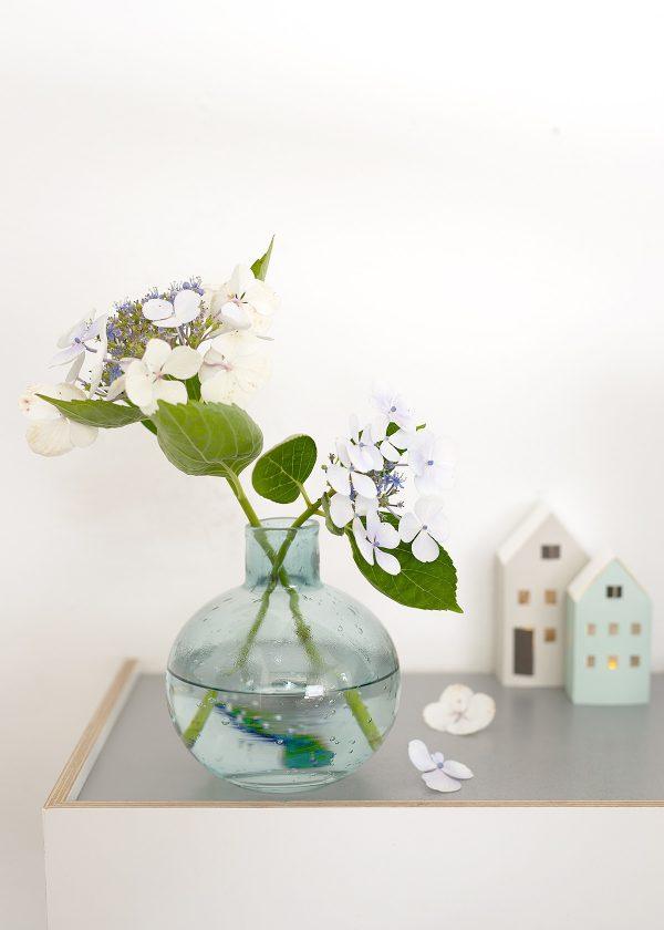 broste blaue glasvase hortensien jurianne matter papierhaeuser wunderschoen-gemacht