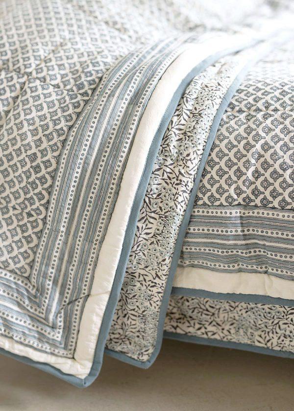 bungalow-dk-quilts-tagesdecke-blaues-muster-wunderschoen-gemacht