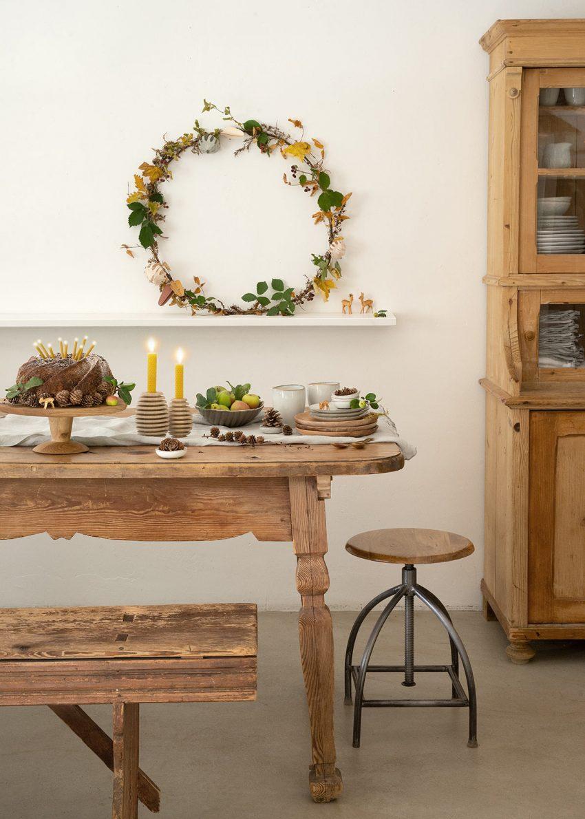 herbst tischdeko wiesenblumen-herbstkranz-tischdekoration-wunderschoen-gemacht