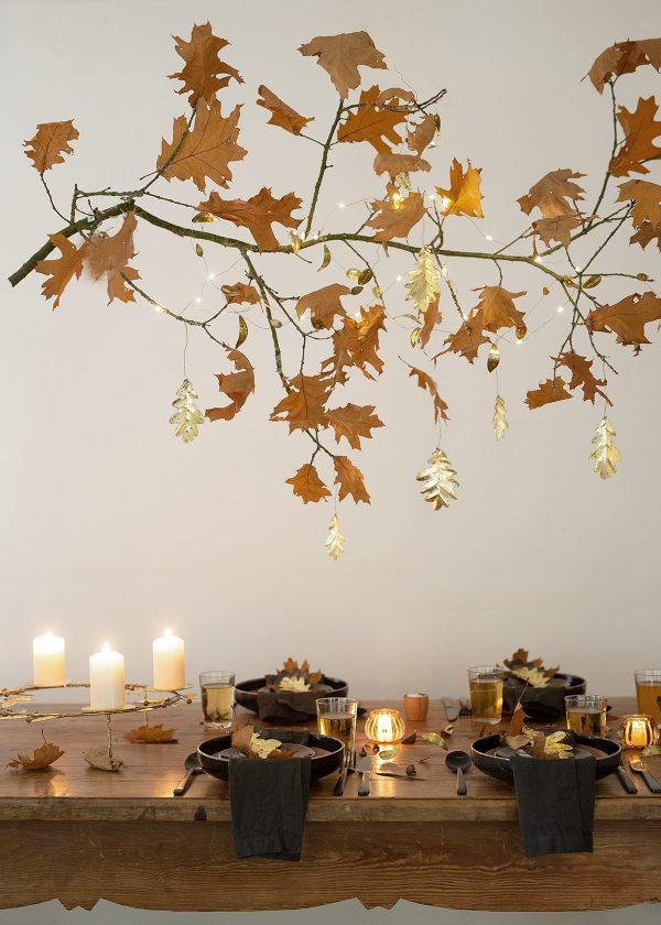 Herbsttischdekoration-mit-blaettern-wunderschoen-gemacht