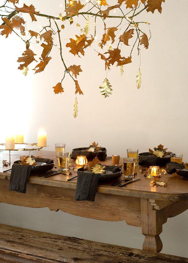 herbstliche-Tischdekoration-mit-herbstblaettern-wunderschoen-gemacht