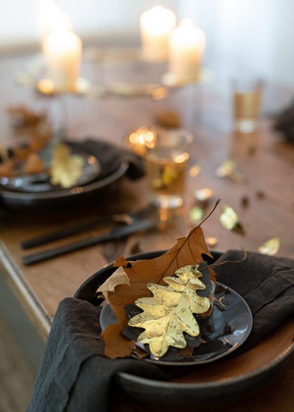 herbsttischdeko-mit-eichenblaettern-goldenen-dekoblaettern-wunderschoen-gemacht