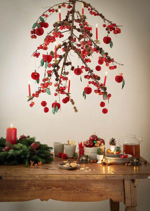 weihnachtsdekoration-mit-aepfeln-und-nuessen-wunderschoen-gemacht