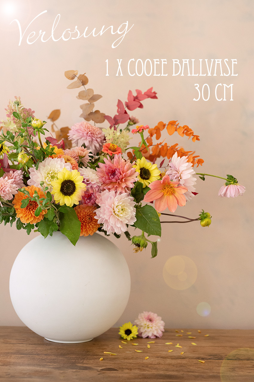 cooee-design-ballvasen-kugelvasen-keramik-weiss-herbststrauss-wunderschoen-gemacht